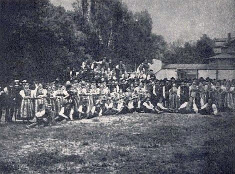 Tady se shromáždila selská mládež jazykového ostrova kolem Budějovic na zahradě Německého domu před cestou na vídeňské oslavy jubilea panování císařova roku 1908