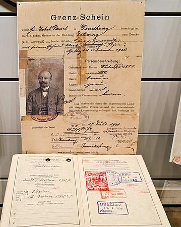 """Jeho hraniční propustka na výstavě """"1918-1924: Freistadt - Was blieb vom Krieg?"""" v roce 2014 ve freistadském muzeu"""