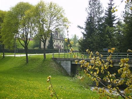 Současný pohled na hraniční potok a celnici