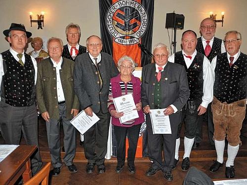 Při oslavě 60. jubilea sdružení Deutscher Böhmerwaldbund stojí mezi členy místní skupiny v bavorském Rosenheimu druhý zleva
