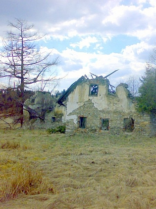 Ruiny dalších stavení v někdejší Nové Vísce