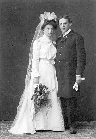 Svatební foto z Kamenického Šenova (Steinschönau) zachycuje ho s manželkou v květnu roku 1909