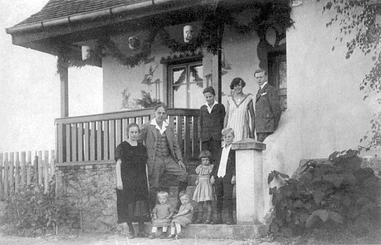 Před zwieselským domem na snímku z roku 1926 s dětmi, ta dvě na schodech dole sedící jsou dvojčata Friedelinde a Irmgard, ta druhá z nich později provd. Rosenbergerová