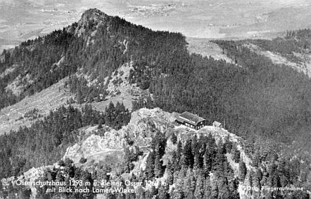 Chata na Ostrém, jak ji zachycuje jeho snímek na staré pohlednici