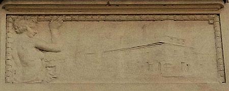 """Vysoko nad ulicí zachycuje původní """"barvířský dům"""" i reliéf na fasádě domu, který jej nahradil"""