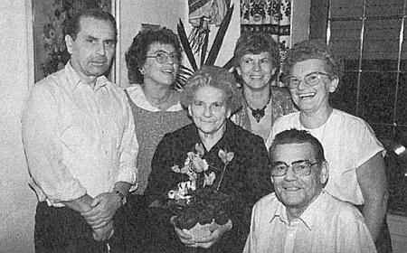 S maminkou o jejích osmdesátinách roku 1988 sedí vpravo dole v kruhu sourozenců Herberta, Heli, Anni a Hannelore