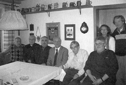 K 80. narozeninám se u něho v Altdorfu sešli gratulanti - jeho vidíme sedět čtvrtého zprava pod hodinami