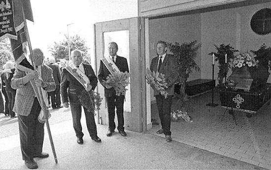 Delegace z Bad Leonfelden na jeho pohřbu s domovským praporem, druhý zleva Werner Lehner