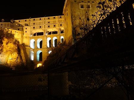 ... a na nočním snímku z prosince 2013