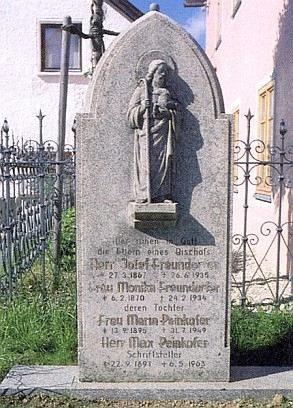 ... a Peinkoferův náhrobek v jeho dvoře