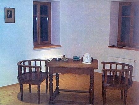 Jeho psací stůl i s originálními židlemi a básníkovou posmrtnou maskou...