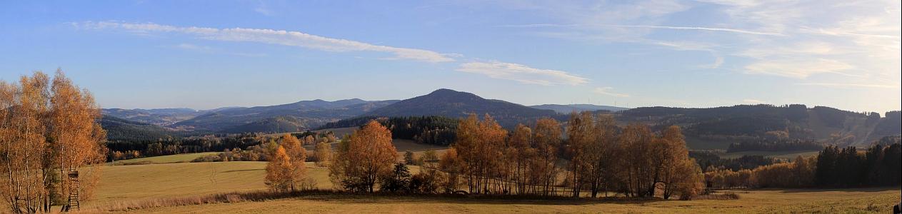 Panoramatický pohled na kraj mezi Lipnem a Vyšším Brodem na podzim 2013 - hora Luč je uprostřed