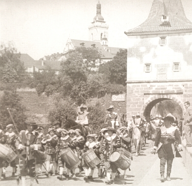 Valdštejnův průvod na snímku z oslav 800 let od založení města Stříbra v roce 1931 zde prochází památnou městskou branou