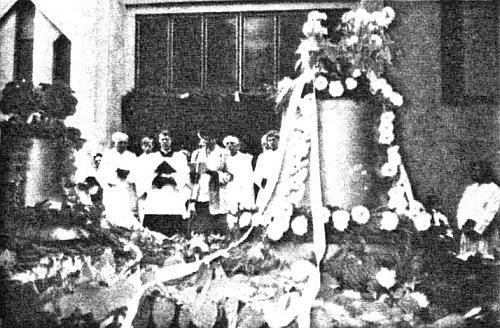 Další dva snímky ze svěcení zvonů pro kostel sv. Vojtěcha ve Čtyřech Dvorech - vedle biskupa Lišky stojí sčernými deskami můj bratr Václav Mareš