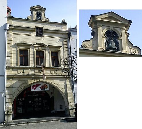 Dům v Kněžské ulici  se zvonem ve štítě, který kdysi Pernerům patřil