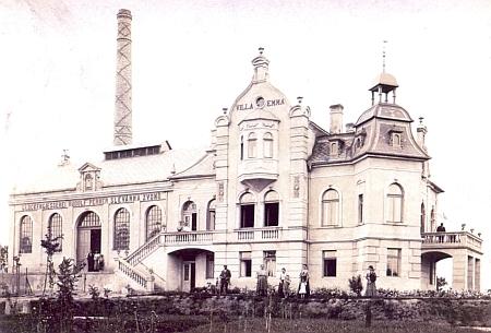Novostavba Pernerovy zvonárny na snímku pořízeném krátce po roce 1904 - nad vchodem do slévárny vidíme repliku domovního štítu z Kněžské ulice