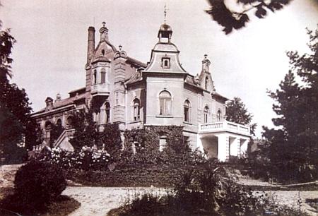 Pernerova zvonárna s rodinnou vilou na snímku z doby kolem roku 1930