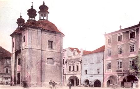 Pernerův dům na pohlednici z roku 1906 za kaplí Smrtelných úzkostí Páně