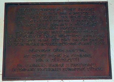 Pamětní deska, připomínající odlití zvonů pro klášterní kostel ve Zlaté Koruně