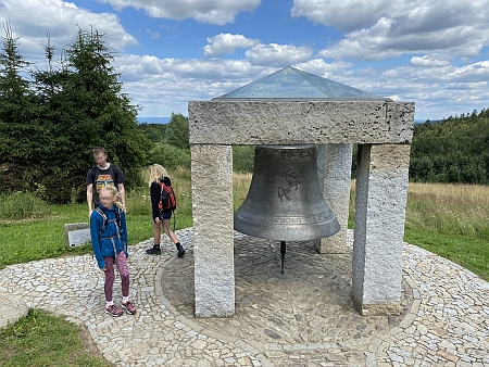 Dílem Rudolfa (IV.) Pernera je i zvon na vyhlídce nad Hojnou Vodou v Novohradských horách s jednorožcem, kterého má obec ve znaku