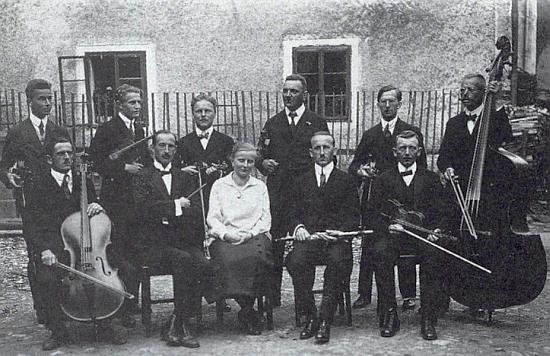 """""""Musikverein"""" ve Frymburku, jak zachytil jeho členy snímek z června roku 1925, na němž Franz Peter stojí ve druhé řadě třetí zleva"""