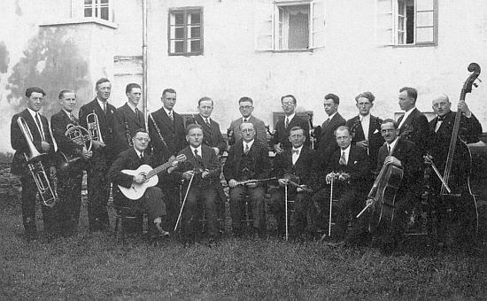 Mezi členy frymburského hudebního sdružení (Musikverein) je na snímku z roku 1936 on tím sedícím druhým odleva