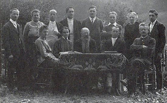 Učitelský sbor frymburské školy v roce 1920 a on třetí zprava v zadní řadě