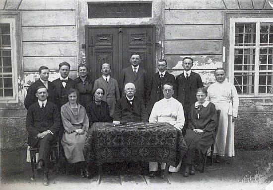 Mezi členy učitelského sboru obecné školy ve Frymburku stojí na snímku z roku 1923 v zadní řadě druhý zleva