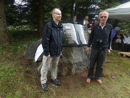 Při slavnostním odhalení pamětní desky svému předkovi Johannu Peterovi na Bučině 27. června roku 2015, vpravo je jeho další příbuzný a také jmenovec Gernot Peter