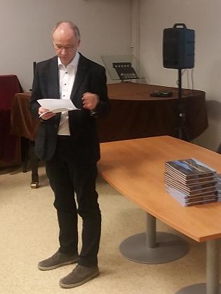 V prosinci 2019 v Jihočeské vědecké knihovně vČeských Budějovicích při představení knihy fotografií Petra Moravce, doprovázených překlady básní Johanna Petera ze stránek Kohoutího kříže
