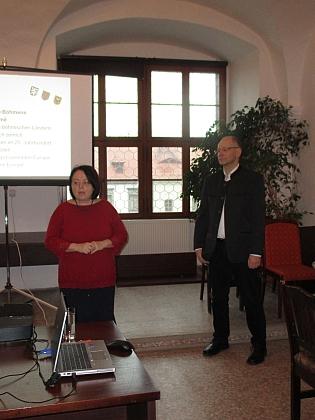 V roce 2017 přednášel na Univerzitě 3. věku, organizované Městskou knihovnou Prachatice (vlevo její ředitelka Hana Mrázová)