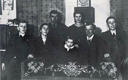 Se svou rodinou: v první řadě prvý zleva syn Franz, rovněž samostatně zastoupený na těchto internetových stránkách