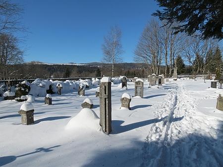 """Hřbitov v Knížecích Pláních a Bučina s památníkem """"železné opony"""" na snímcích ze zimy 2015"""