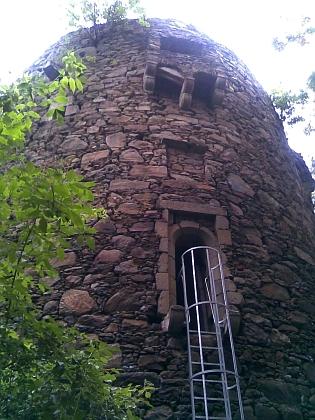 Ruiny hradu Falkenstein na snímcích z roku 2011 (viz i August Sperl)
