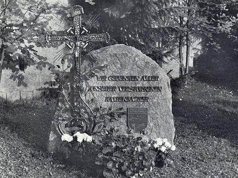 To on ukoval ve své kovářské dílně v Holzheim u Dillingen na Dunaji nápis na pamětním kameni rodáků z někdejšího Kaltenbachu na hřbitově v patronátním bavorském Röhrnbachu