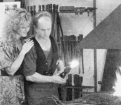 I jeho syn Klemens, zachycený tu se svou ženou Yvonne, je kovářem - v daleké Austrálii