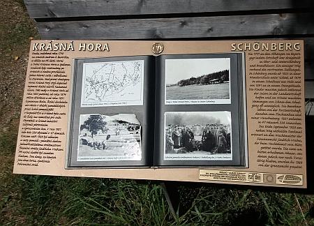 "Rozcestí zvané Sedmicestí s krátkou historií Krásné Hory na informační tabuli, vytvořené v roce 2015 v rámci projektu "" Album Šumavy"""