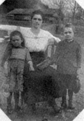 Vdova Marie Petrascheková se svými dětmi Idou a Johannesem na snímku z doby první světové války