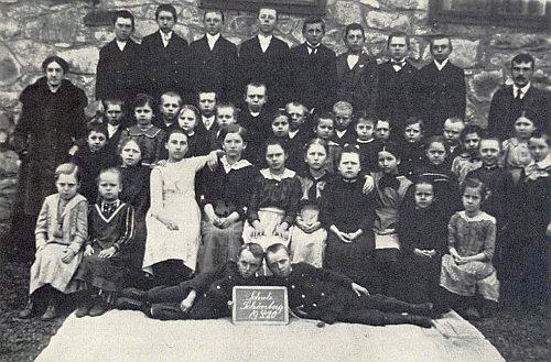Na vzácném snímku školáků jednotřídky v Krásné Hoře z roku 1920 stojí, tehdy sedmiletý, ve druhé řadě třetí zprava