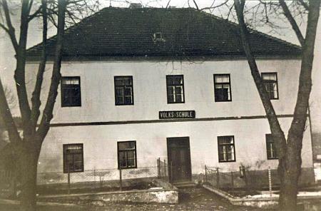 Glöckelberská obecná škola, vystavěná roku 1838