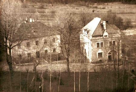 """Ještě roku 1965 je ze snímku pořízeného """"pohraničníkem"""" z kostelní věže patrno, že škola i fara vedle ní vpravo ve Zvonkové dosud stály"""