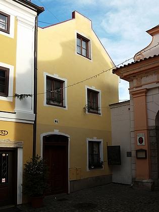 V Českém Krumlově mu patřil dům čp. 51 naLatráně při vstupu do kláštera (na počátku 20.století byl ovšem důkladně přestavěn)
