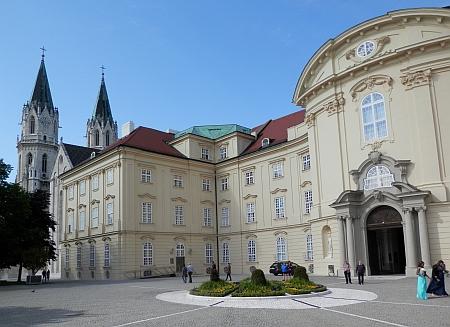 Klášter Klosterneuburg při řece Dunaji na sever od Vídně
