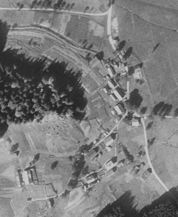 Rodná rakouská ves Schwarzau, pouhý kousek na východ od Žofína, na leteckých snímcích z let 1952 a 2008
