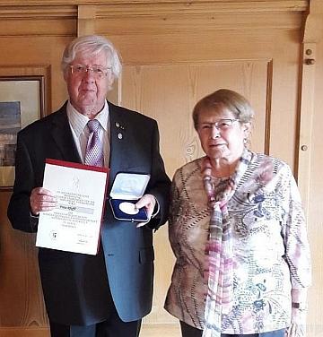 Roku 2018 byl v přítomnosti své manželky Karin vyznamenán ve Zwieselu stříbrnou medailí bavorské zemské skupiny Sudetoněmeckého krajanského sdružení
