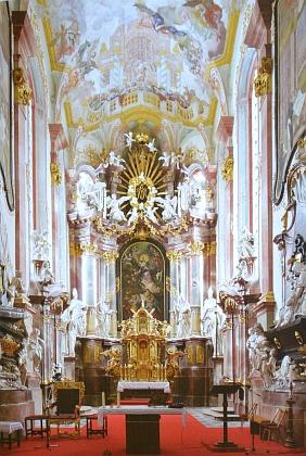 Oltář v klášterním kostele Nanebevzetí Panny Marie