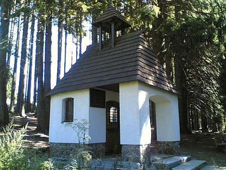 Kaple sv. Anny na Hladovém Vrchu (Hüttenberg), znovuvysvěcená v září 1995, na starém snímku a dnes