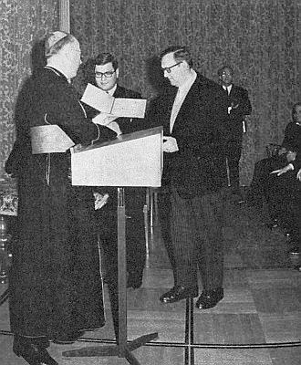 Vídeňský kardinál König předává Dr. Pfohlovi v roce 1968 Cenu kardinála Innitzera