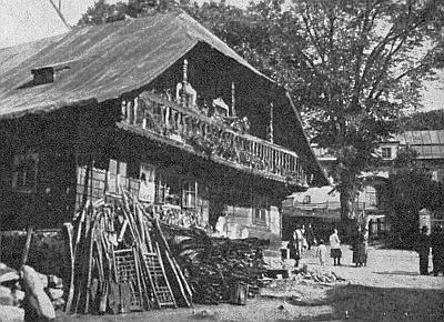 """Starý, dnes zbořený Gerl-Sattler-Haus v Železné Rudě, v pozadí """"zámeček"""""""