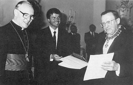 Při převzetí dekretu a insignií komtura Řádu sv. Řehoře, jímž byl jmenován     papežem Janem Pavlem II., z rukou kardinála Wettera v Mnichově 1986